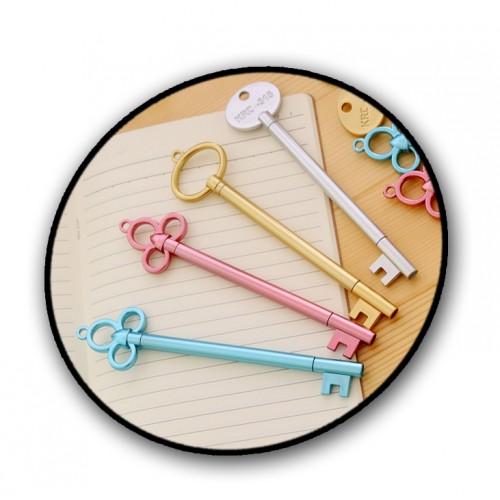 Zilverkleurige pen in de vorm van een sleutel